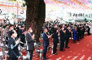 5월 30일, 서울 종로구 조계사에서 코로나19 확산 방지를 위해 한 달간 연기했던 부처님오신날 법요식이 열리고 있다. 이날 발열검사, 손소독, 및 참석자 전원 마스크 착용하기를 지키며 식이 진행되었고 박양우 문체부 장관도 참석해 문재인 대통령 축사를 대독했다.