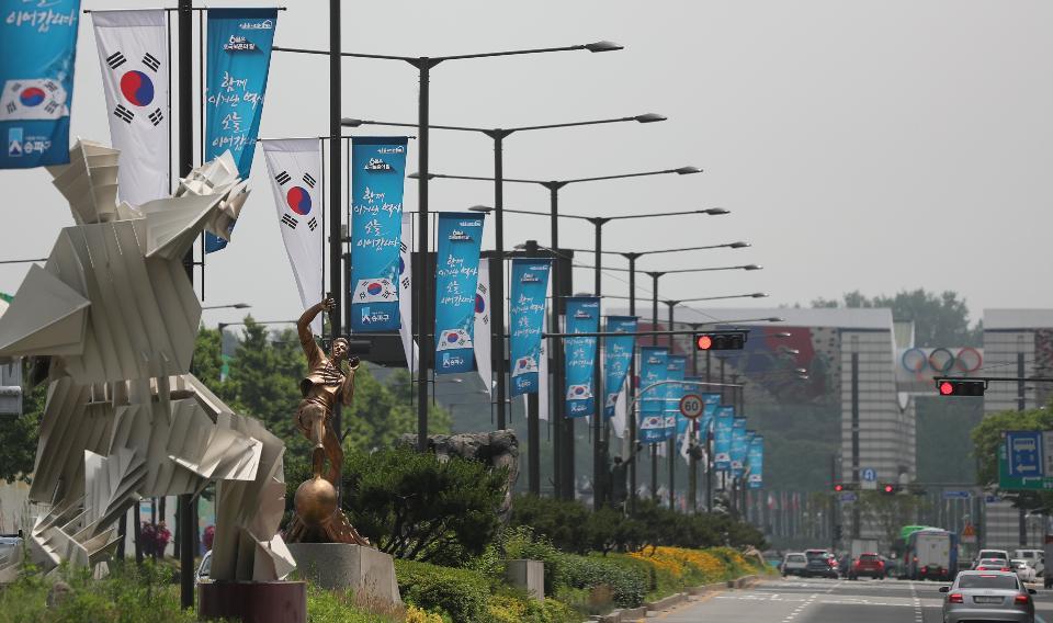송파구가 현충일을 앞두고 올림픽로 일대 도로에 태극기를 설치했다. 도로 중앙에 설치된 가로등에 태극기와 '6월은 호국보훈의달, 함께 이겨낸 역사 오늘 이어갑니다.'라고 적힌 거리기가 같이 달려있다.