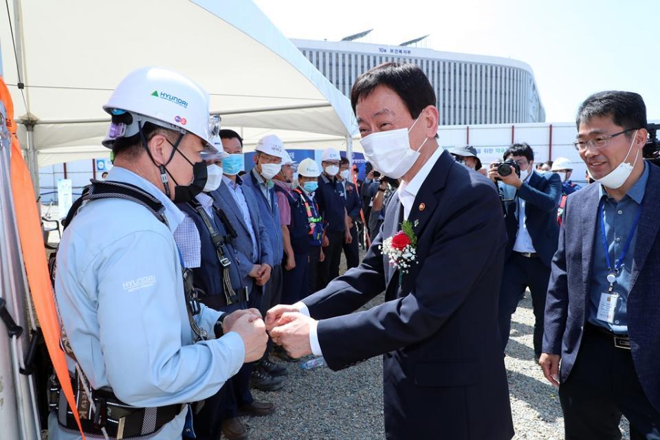 진영 장관이 3일 오후 정부세종청사 중앙 부지에서 열린 정부세종 신청사 신축공사 기공식에 참석하여 공사관계자들을 격려하고 있다.