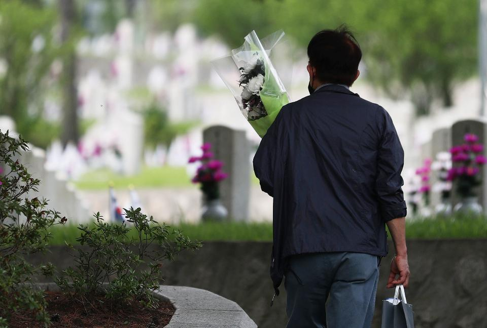 현충일을 하루 앞두고 국립서울현충원을 찾은 참배객들이 참배를 하고 있다. 이날 아버지의 묘를 찾은 딸의 눈물은 아직도 마르지 않았다.