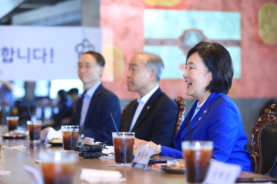 11일 서울 태극당에서 열린 백년가게(태극당) 현판식에서 박영선 중소벤처기업부 장관이 인사말을 하고있다.