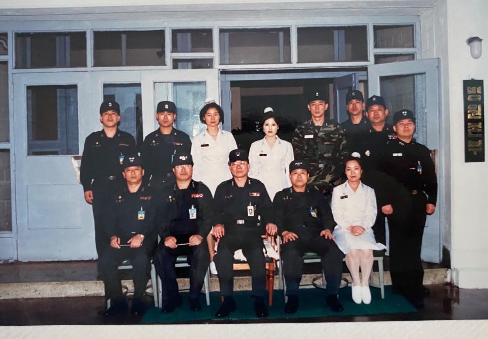 <p>1948년 11월 개원하여 6·25 전쟁 당시 피란민과 부상자들을 돌봤던 국군부산병원이 6월 30일자로 마지막 임무를 마쳤다.1948년 11월 특수부대의무단으로 창설, 전쟁 이후부터 현재까지국군부산병원은 15개 부대의 약 2만여 명이 넘는 경남지역 장병의 건강을 위한 든든한 후방 지원군으로서 활약해왔다. 국방부는 군 의료서비스 향상을 위해 국군부산병원의 의료지원 임무를 종료하고 「국방개혁 2.0」 군 의료시스템 개편을 통해 군 의료역량을 효율적으로 활용할 계획이다.<br></p>