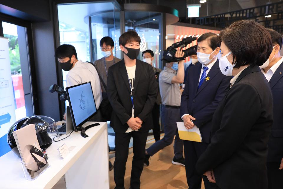 박영선 중소벤처기업부 장관이 1일 서울 강남구 역삼로에서 열린 포스코 팁스타운 '체인지업 그라운드' 개소식에서 입주사를 둘러보고 있다.