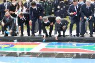 박삼득 국가보훈처장이 5일 경기도 오산시 죽미령 평화공원 평화마당에서 열린 유엔군 초전기념 미 스미스부대 전몰장병 추도식 및 평화공원 개장식에 참석하여 주요내빈과 함께 평화선언 퍼포먼스를 하고 있다.