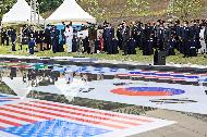 박삼득 국가보훈처장이 5일 경기도 오산시 죽미령 평화공원 평화마당에서 열린 유엔군 초전기념 미 스미스부대 전몰장병 추도식 및 평화공원 개장식에 참석하여 주요내빈과 함께 국민의례를 하고 있다.