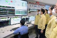 성윤모 산업통상자원부 장관이 6일 오전 서울 마포구 한국중부발전 서울복합화력발전소를 방문해 여름철 전력수급 현장점검을 하고 있다.