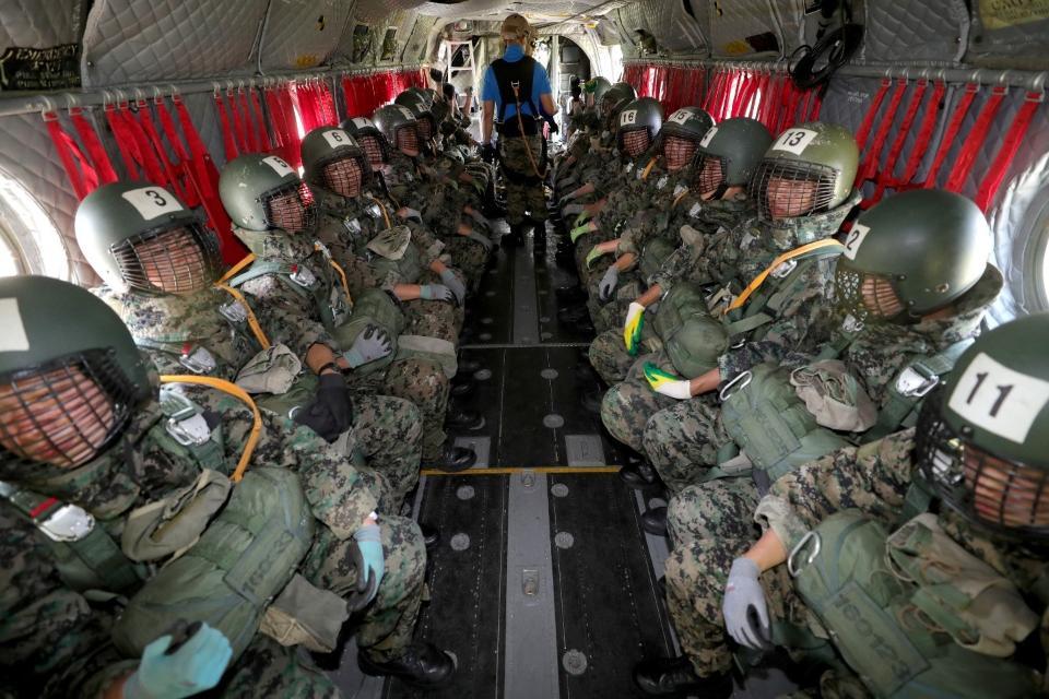 <p>강하에 앞서 파이팅을 외치고 있는 생도들. <br> 각 군 사관학교가 하계군사훈련에 본격 돌입한 가운데7월 3일 육군3사관학교 57기 생도의 첫 강하훈련이 있었다. 육군특수전학교 강하 훈련장에서 이뤄진 이번 훈련은 생도들의 강인한 체력과 담력을 기르기 위한 필수훈련으로 1800피트 상공에서 낙하산을 메고 항공기에서 강하하는 것이다.</p><p style=