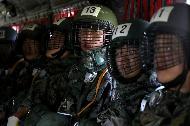 <p>각 군 사관학교가 하계군사훈련에 본격 돌입한 가운데7월 3일 육군3사관학교 57기 생도의 첫 강하훈련이 있었다. 육군특수전학교 강하 훈련장에서 이뤄진 이번 훈련은 생도들의 강인한 체력과 담력을 기르기 위한 필수훈련으로 1800피트 상공에서 낙하산을 메고 항공기에서 강하하는 것이다.</p><p style=