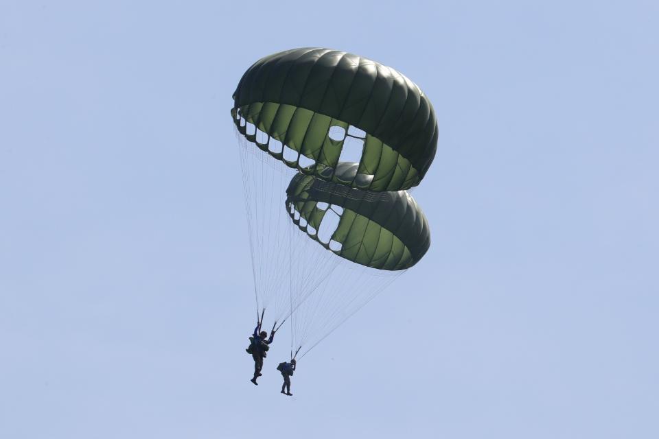 <p>공수훈련에 참가한 육군3사관학교 57기 생도들이 시누크 헬기에서 뛰어내려 하강하고 있다.  <br>각 군 사관학교가 하계군사훈련에 본격 돌입한 가운데7월 3일 육군3사관학교 57기 생도의 첫 강하훈련이 있었다. 육군특수전학교 강하 훈련장에서 이뤄진 이번 훈련은 생도들의 강인한 체력과 담력을 기르기 위한 필수훈련으로 1800피트 상공에서 낙하산을 메고 항공기에서 강하하는 것이다.</p><p style=