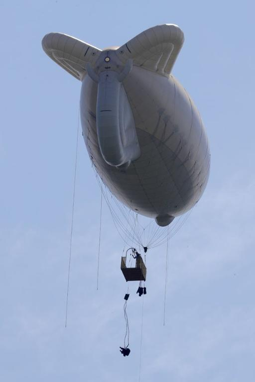 <p>각 군 사관학교가 하계군사훈련에 본격 돌입한 가운데7월 3일 육군3사관학교 57기 생도의 첫 강하훈련이 있었다. 육군특수전학교 강하 훈련장에서 이뤄진 이번 훈련은 생도들의 강인한 체력과 담력을 기르기 위한 필수훈련으로 1800피트 상공에서 낙하산을 메고 항공기에서 강하하는 것이다.</p> <p style=