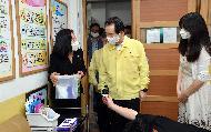 정세균 국무총리가 8일 서초구 우암초등학교를 방문, 코로나19 방역 현황을 점검하고 있다.