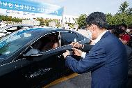 <p>은성수 금융위원장은 9일 경기도 이천 보험개발원 자동차기술연구소에서 인공지능(AI) 기반 자동차보험 보상서비스 'AOS 알파'를 시연하고 업계 관계자들과 간담회를 진행했다.<br></p>