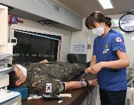 공군18전투비행단 소속 병사가 코로나19 사태 장기화에 따른 혈액수급 부족을 극복하기 위해 '사랑의 헌혈운동'에 동참하고 있다.