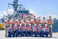 해군1함대가 주관한 사랑의 헌혈에 참여한 광명함 장병들이 헌혈증서를 들어보이며 기념사진을 찍고 있다.