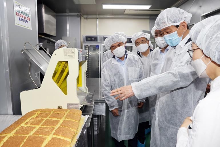 진영 장관이 15일 오전 전북 완주에 소재한 마을기업 '마더쿠키'를 방문하여 제과·제빵 제조 사업장을 둘러보고 있다.