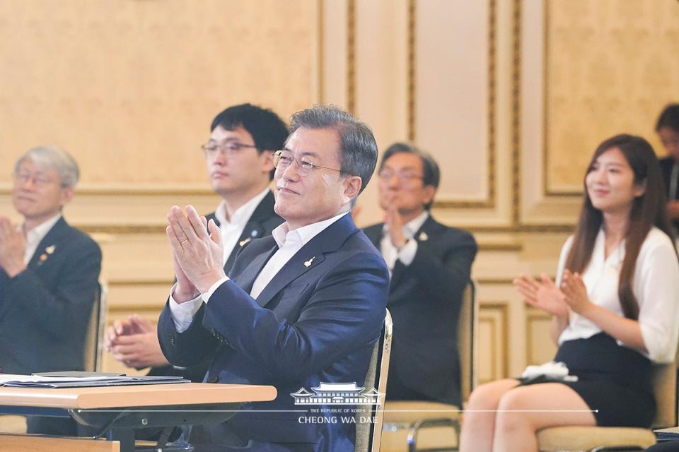 문재인 대통령이 14일 청와대 영빈관에서 열린 '한국판 뉴딜 국민보고대회'에서 박수를 치고 있다.