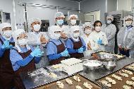 진영 장관이 15일 오전 전북 완주에 소재한 마을기업 '마더쿠키'를 방문하여 직원들을 격려하며 제과·제빵 제조 사업장을 둘러보고 있다.