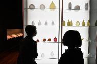 <p>문화재청 국립고궁박물관은 7월 29일부터 10월 4일까지 개항 전후 조선왕실의 도자기 변화를 한 곳에서 볼 수 있는 특별전, '新(신)왕실도자, 조선왕실에서 사용한 서양식 도자기'를 개최한다. <br>  <br>  이번 전시에서는 조선과 프랑스 수교(1886)를 기념하여 프랑스 사디 카르노 대통령이 고종에게 보낸 '살라미나 병'과 필리뷔트(Pillivuyt) 양식기 한 벌, '백자 색회 고사인물무늬 화병' 등 그동안 한번도 공개된 적 없는 근대 서양식 도자기 40여 점이 처음으로 전시되며, 이를 포함해 프랑스·영국·독일·일본·중국에서 만들어진 서양식 도자기 등 약 310건 400점의 소장 유물이 한자리에서 선보인다. <br></p>