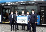 <p>강경성 산업통상자원부 산업정책실장은 29일전북 전주시청에서열린 '수소버스 2020년 1호차 인도식'에 참석하여 수소버스 전달식 및 시승식을 가졌다. <br></p>