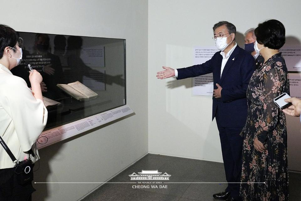 문재인 대통령과 김정숙 여사가 30일 오후 서울 용산구 국립중앙박물관에서 '새 보물 납시었네, 신국보 보물전 2017-2019'을 관람하고 있다.