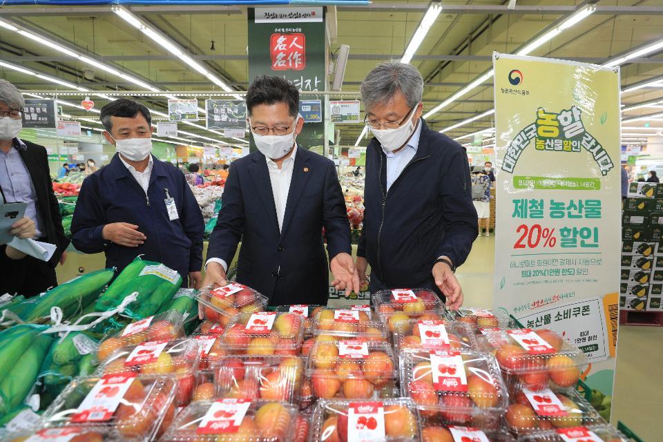 <p>김현수 농림축산식품부 장관이 7월 30일 '대한민국 농할갑시다'캠페인 일환으로 서울 양재동 농협 하나로마트 농축산물 소비촉진 현장을 방문하고 있다. <br></p>