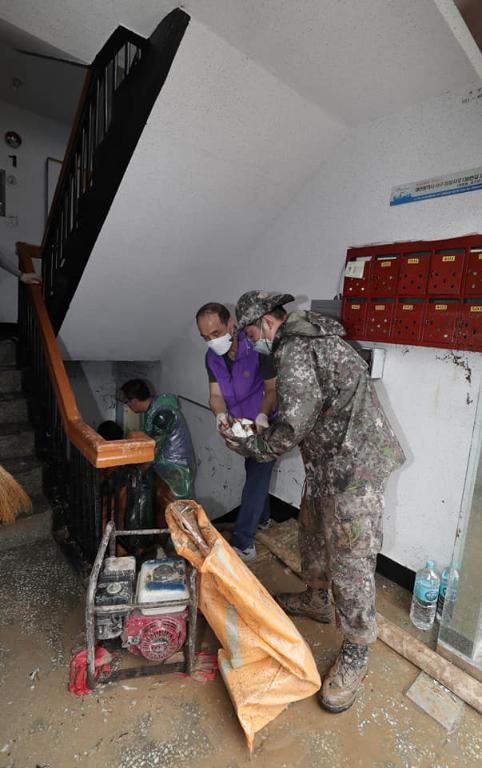 <p>육군32사단 서구대대 장병들이 지난달 31일 대전시 서구 정림동의 침수 피해 아파트단지에서 복구 작업을 하고 있다. <br></p>