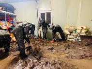 <p>중부지방을 중심으로 계속되는 호우 속에서 각 군이 신속하게 대민지원에 나서고 있다. <br>  <br> 공군 제19전투비행단은 8월 4일일일 341mm의 기록적 폭우 및 산사태로 인해 피해를 입은충주의수해 피해 가정을 대상으로 대민지원 활동을 하였다.또한 육군 37사단 112연대는 8월 3일 충주 산척면과 제천지역에서 토사제거 및 배수로 복구작업 등 지원에 나섰다.</p>