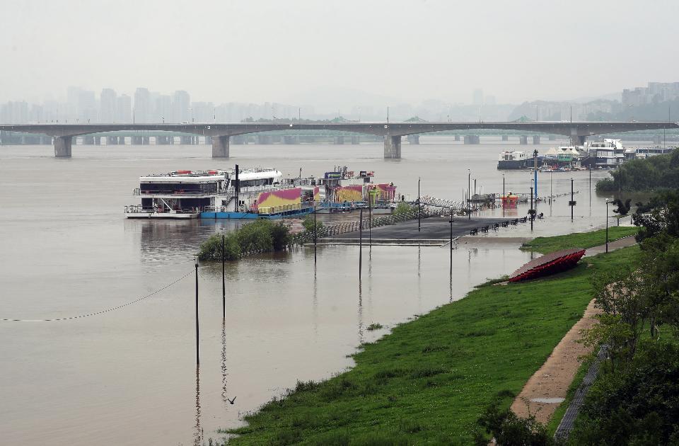 <p>4일 중부지방에 집중호우가 계속되는 가운데 서울 여의도 인근과 63빌딩에서 바라본 한강이 누런 황토빛으로 출렁이고 있다.</p>