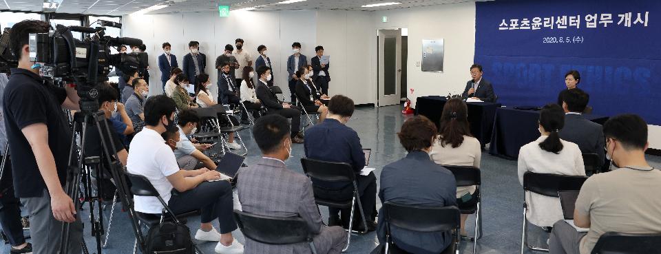 박양우 문화체육관광부 장관이 5일 업무 개시에 들어간 서울 서대문구 스포츠윤리센터를 방문해 인사말을 하고 있다.