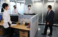박양우 문화체육관광부 장관이 5일 업무 개시에 들어간 서울 서대문구 스포츠윤리센터를 방문해 사무실을 둘러보고 있다.