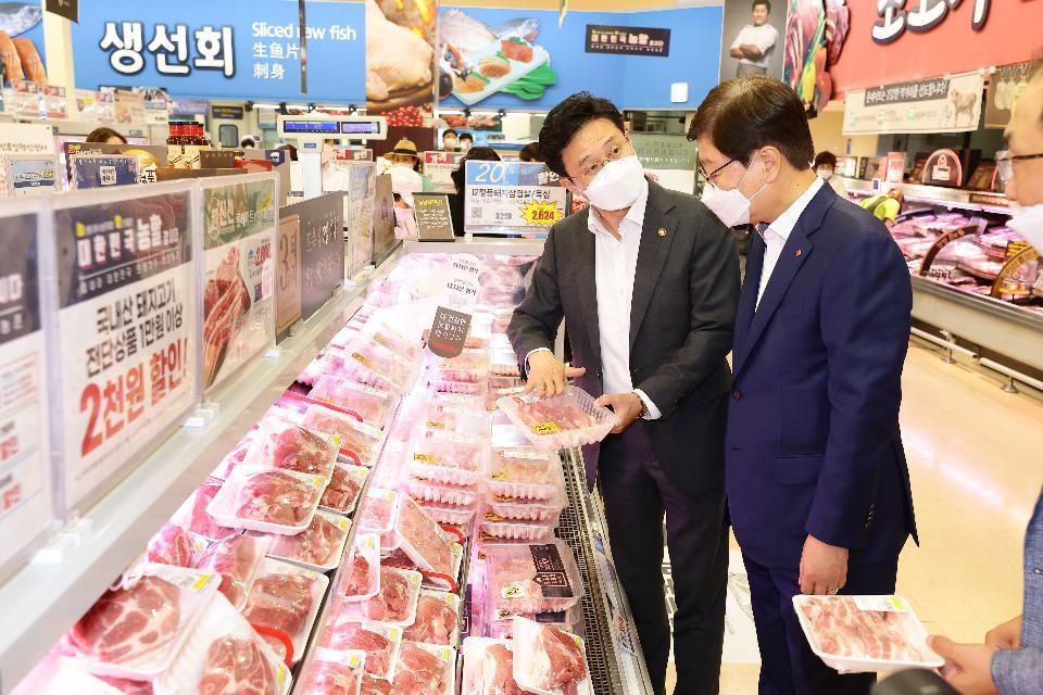 <p>농림축산식품부 이재욱 차관은 8월 6일 롯데마트 서울역점에서 열리고 있는 농축산물 소비촉진 현장을 방문하고 주요 농축산물의 수급 동향 및 물가를 점검하였다.<br></p>