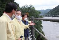 <p>정세균 국무총리가 6일 의암댐 하류인 강원 춘천시 남면 서천리 경강교를 찾아 인근 사고 현장을 점검하고 있다.</p>