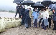 <p>정세균 국무총리가 8일 집중호우 피해 지역인 충남 아산온양천 일대를 방문, 피해·복구 현장을 점검하고 있다.<br></p>