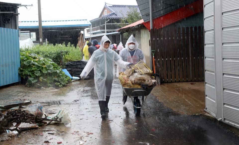 농촌진흥청 직원 50여 명이 10일 집중호우로 침수 피해를 입은 전북 남원시 금지면 상귀마을에서 수해복구 및 일손돕기 활동을 하고 있다.