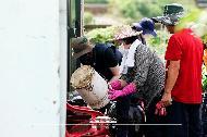 김정숙 여사가 12일 강원 철원군 동송읍 이길리 마을에서 수해 복구 봉사활동을 하고 있다.