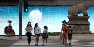 13일 오후 서울 종로구 대한민국역사박물관 로비에서 2020년 박물관미술관 주간 개막행사가 열려 박양우 문화체육관광부 장관 등 참석자들이 개막을 축하하는 기념촬영을 했다. 이날 광화문 양쪽 담에는 이이남, 장승효 작가의 작품인 '거리로 나온 뮤지엄'이 설치되어 시민들의 눈길을 끌었다.