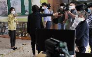 <p>유은혜 사회부총리 겸 교육부장관은 9월 21일(월) 서울한산초등학교를 방문하여 등교를 재개하는 학교의 수업 진행 상황을 확인하고 현장의 의견을 청취하였다.<br></p>
