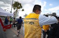 24일 경기도 성남시 모란민속5일장 장터가 열려 추석을 앞두고 시민들이 장을 보고 있다. 이날 코로나19 확산 방지를 위해 성남시 재난안전대책본부 직원들이 나와 시장으로 입장하는 시민들의 열 체크 및 연락처 작성을 도왔다.
