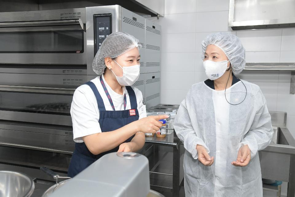 이의경 처장이 23일 ㈜심플프로젝트컴퍼니(송파구 석촌동 소재)를 방문하여 공유주방 시범사업 성과를 점검하고 주방시설을 둘러보고 있다.