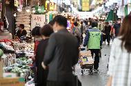 24일 서울 마포구 망원시장에서 시장 자체 방역관계자가 추석을 앞두고 코로나19 확산을 막기 위해 매일 오전 소독을 하고 있다. 이날 아침부터 추석 장을 보려는 시민들로 시장이 붐비고 있다.
