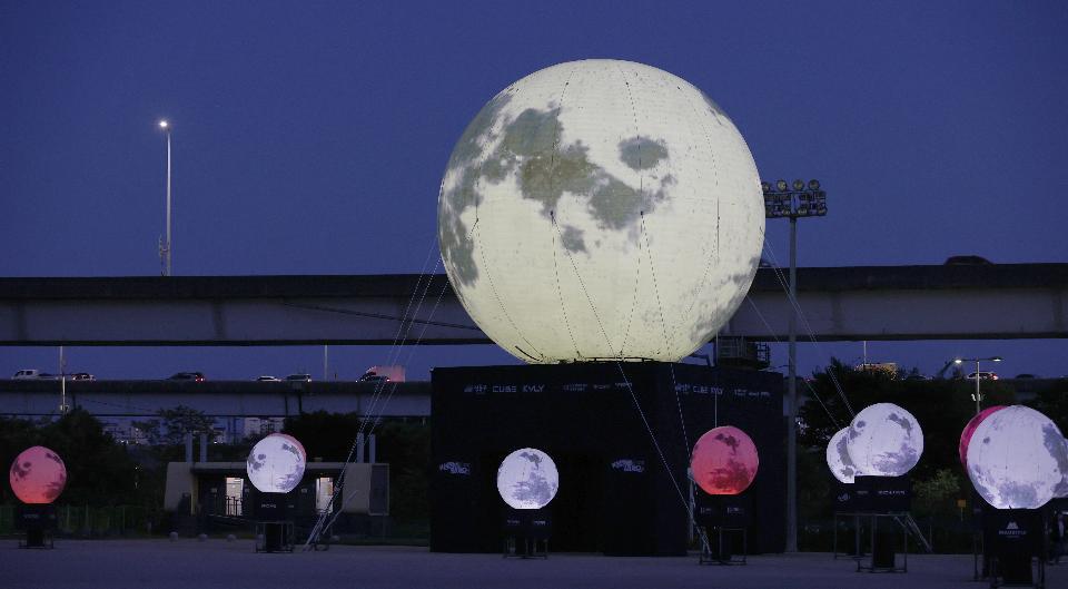 서울 성동구가 추석을 앞두고 살곶이체육공원에 희망의 메시지를 전달하기 위해 '희망의 달'을 설치해 공원을 지나는 시민들이 보고 있다.