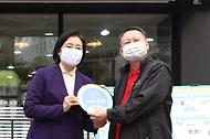 15일 오후 서울 동작구 형제슈퍼에서 열린 '스마트슈퍼 1호점 개점 행사'에서 박영선 중소벤처기업부 장관이 참석자들과 개점 행사를 하고 있다.
