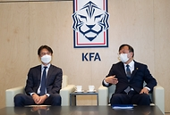 <p>대한축구협회(KFA)가 16일 오전 서울 종로구 신문로 축구회관에서 신종 코로나바이러스 감염증(코로나19) 극복을 위해 사용해달라며 국립중앙의료원에 1억원을 기부하고 있다. <br>  <br></p>