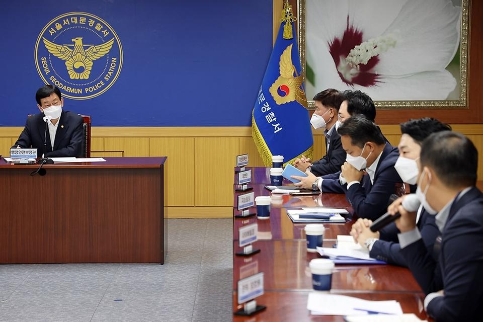진영 장관이 19일 오전 경찰의 날을 앞두고 서울시 서대문경찰서를 방문하여 보이스피싱 및 치안대책 등을 논의하는 경찰관들과의 현장 소통간담회를 하고 있다.