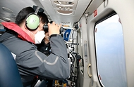 김홍희 해양경찰청장이 중국 쌍타망 어선의 조업시기가 재개되어 중국어선 분포 현황을 확인하고 있다.