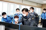 김홍희 해양경찰청장이 경인연안해상교통관제센터(VTS)에서 서해5도를 비롯한 서북도서 연안해역 선박교통 현황을 점검하고 있다.