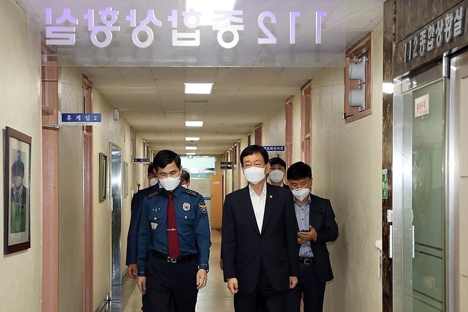 진영 장관이 19일 오전 경찰의 날을 앞두고 서울시 서대문경찰서를 방문하여 보이스피싱 및 치안대책 등을 논의하는 경찰관들과의 현장 소통간담회장에 들어서고 있다.