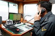 김홍희 해양경찰청장이 무허가 외국어선을 강력 단속하기 위해 운영중인 기동전단 3009함장과 통화하며 안전한 바다를 위해 최선을 노력을 다해줄 것을 당부하고 있다.