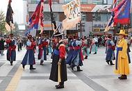 코로나19 확산 방지를 위해 중단되었던 덕수궁 왕궁수문장 교대의식이 재개되면서 지나가는 시민들이 서울 덕수궁 대한문 앞에서 관람하고 있다.