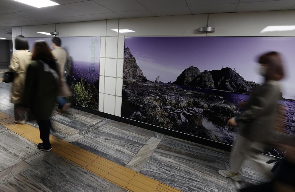 22일 광화문역 5호선 시청방향으로 나가는 출구 쪽에 우리 땅! 독도의 사계 사진이 설치되어있다.